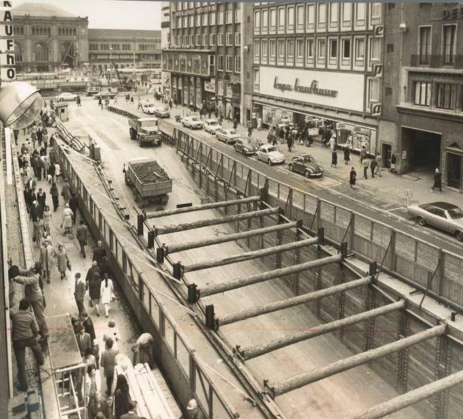 1971 fuhren an der Baustelle für die U-Bahn in der Bahnhofstraße noch Baufahrzeuge in den Untergrund. Im September 1975 konnte dann dort die erste Stadtbahn als U-Bahn fahren.