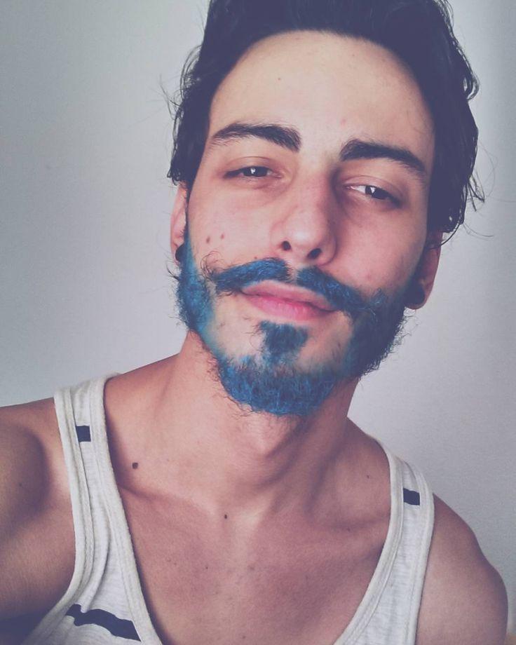 Si no estas cómodo con tus canas o simplemente tienes ganas de cambiar de look teñir tu barba puede ser la solución. Ocultar el paso del tiempo o cambiar de apariencia: todo es válido a la hora de teñirse la barba, menos los errores. Checa estos tips y recomendaciones antes de poner químicos en tu pelo. #PinCCModa #Moda #Barba #colorfulhair