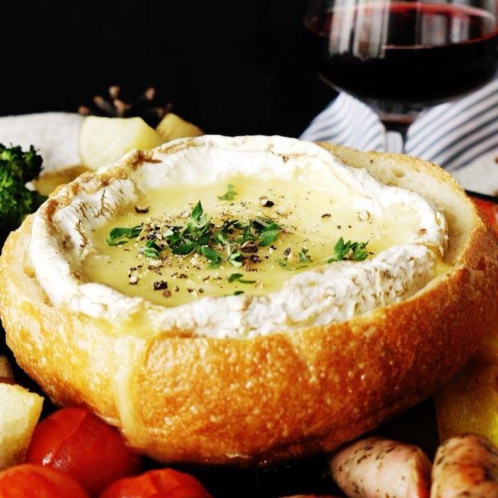 まるごとカマンベールのチーズフォンデュ ■材料 ・パン 1個 ・カマンベール 1個 ・トマト 適量 ・ブロッコリー 適量 ・パプリカ 適量 ・ソーセージ 適量 ・エビ 適量 ・ジャガイモ 適量 ・白ワイン 10ml ・オリーブオイル 適量 ・タイム 適量 ・胡椒 適量 ■手順 1. カマンベールにセルクルで軽く跡をつけ、包丁でその部分の皮を取る。包丁でさいの目に切り込みを入れる。 2. パンに丸く切れ込みを入れ、上部分を取る。切り取った部分角切りにしておく。中身はぎゅっと押し込みくぼみを作る。 3. くぼみにカマンベールを丸ごと入れる。 4. オーブンの天板にクッキングシートをしき、野菜も一緒に180度で20分焼く。 5.一度オーブンから取り出し、白ワインを加えて少し混ぜたら再度オーブンに入れ、5分焼く。 6. お皿に盛り付け、胡椒、タイムをかけたら完成!