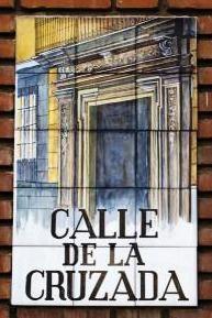 Junto a la Plaza de Santiago. En tiempo del Madrid Arabe esto era una explanada alrededor del alcázar. Se llama así porque en este lugar se encontraba el Tribunal de la Cruzada