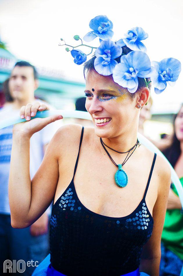 Fantasia simples e original para sair nas ruas no carnaval de rua do Rio: arranjo de flor na cabeça.
