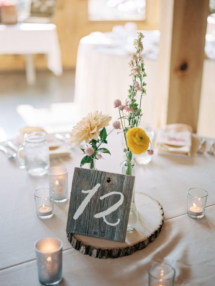 甘いシンプルで素朴なテーブルのセンターピース