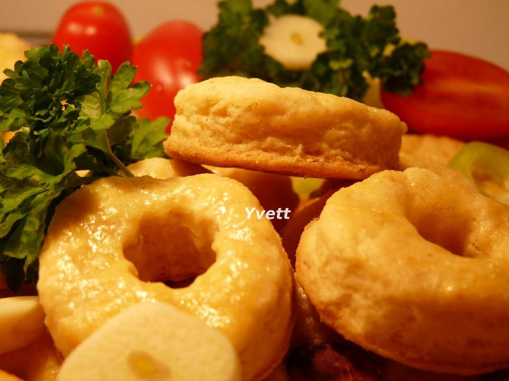 Cesnakovo-syrové pečivo 200g múka hladká 1/2 prášok do pečiva 4 strúčiky prelisovaného cesnaku 125g masla 100g syrokrému 1/2 čajovej lyžičky soli 1 vajce