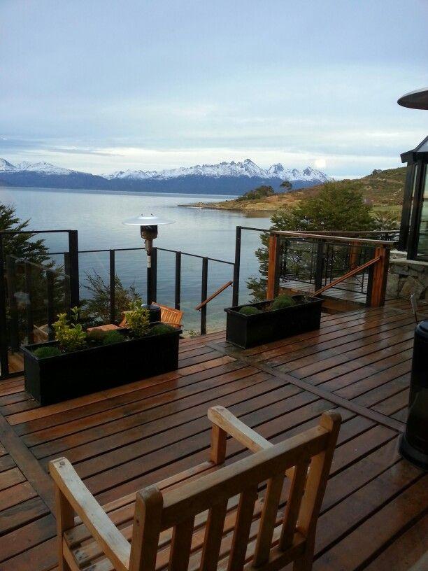 Está es Ushuaia, Argentina. Se puede alquilar una casa y nadar en el mar. Hace frio a veces.( canal de beagle)