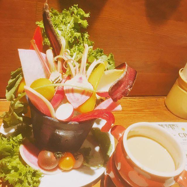 今日は夜まであったかいですね(˶‾᷄ ⁻̫ ‾᷅˵) 最近野菜載せてなかったので今日はバーニャカウダ(˶‾᷄ ⁻̫ ‾᷅˵) 春っぽいバーニャカウダに変わってますよ〜(ˊ̱˂˃ˋ̱) 今食べて欲しいのは!スイートホルンパプリカ!!糖度が高くて、甘い果汁が溢れちゃうんです!! 是非是非お試しあれ〜(ˊ̱˂˃ˋ̱) #イタリアン#パスタ#グリル#肉#学芸大学#学大#ミキヤズ#mikiyas#ランチ#ディナー#女子会#歓送迎会#東横線#おしゃれ#シャンドン#バル#ワイン#竹本幹也