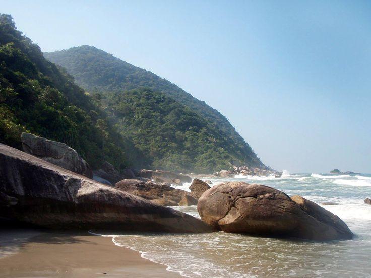 Praia do Pinheiro ou Taguaíba - Guarujá, SP  Com 700m de extensão, localizada logo após a praia do Iporanga, é uma enseada cercada de morros com pedras nas pontas e formações rochosas, com mar forte, perigoso e areia fina, batida e dura.   O acesso à praia pode ser feito pelo condomínio de Taguaíba, ou atravessando pelas pedras a partir da praia de Iporanga, ou através de barco, a partir da Praia do Perequê e do Pontão do Bertioga.
