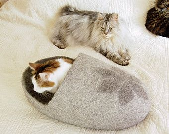 Ich habe diese hübsch und komfortabel graue Katze für Ihre Katze aus 100 % Wolle Höhle. Es ist als Clog geformt und hat schöne weiße Herzen als Dekoration – es wird in jedem Haus gut aussehen.  Größe S ist 15 / 38 cm lang für kleine Kätzchen/Welpen bis zu 9 Pfund (bis zu 4 kg). Größe M ist 17 Zoll/43 cm lang für Mitte Katzen/Hunde von 9 bis 11 Pfund (4-5 kg). Größe L ist 19/48 cm lang für Katzen/Hunde von 12-15 Pfund (ca. 6-7 kg). Größe XL ist In 21/53 cm la...