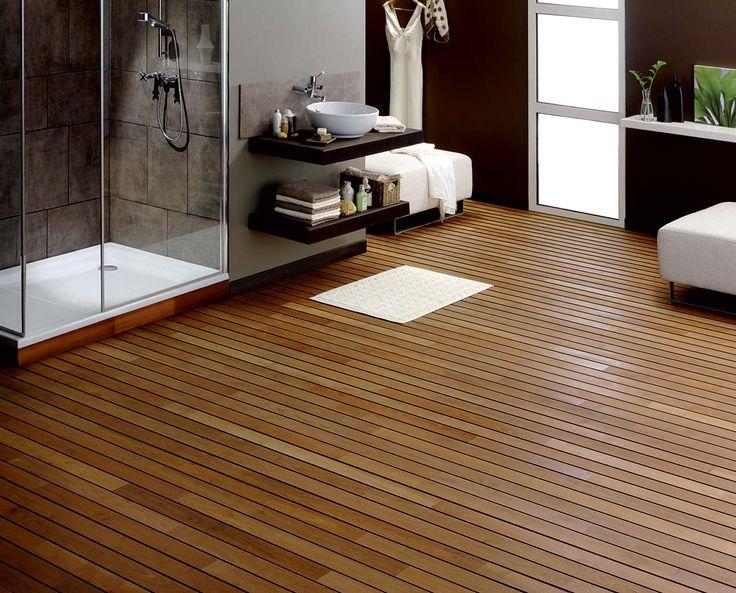 Le parquet « pont de bateau» Robinier huile naturelle est élégant et chaleureux, tout en mettant en avant l'espace bains. ©Panaget