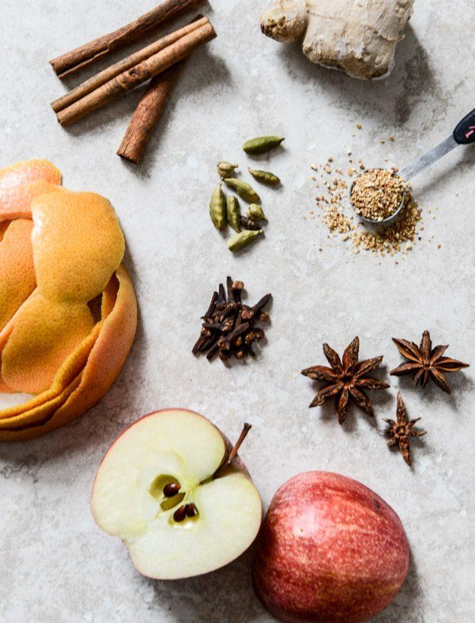 Como manter a sua casa com o cheiro incrível do outono. ingredientes: 5 xícaras de água  2 laranjas de umbigo, descascadas  1 maçã, cortados ao meio  3 paus de canela  3 estrelas de anis  1 colher de chá-sized botão de gengibre fresco  vagens de cardamomo 1 colher de chá  1 colher de chá de cravo inteiro  1/4 colher de chá de casca de laranja seca.