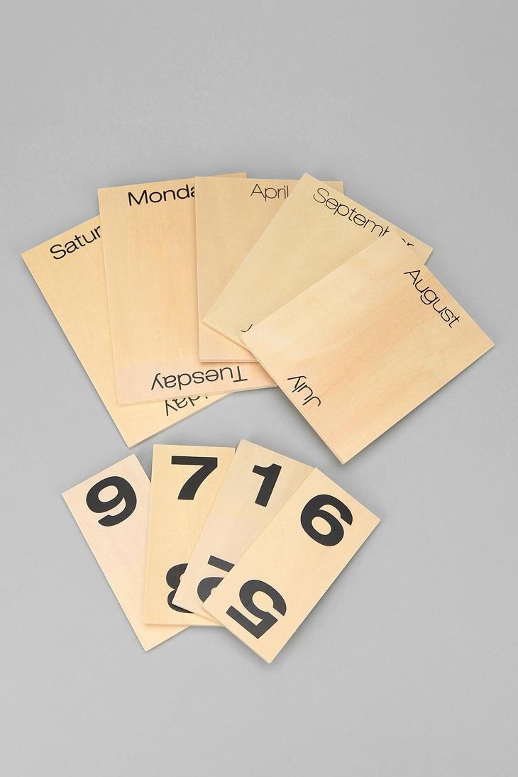 Wood Shuffle Desktop Calendar: wooden plaques