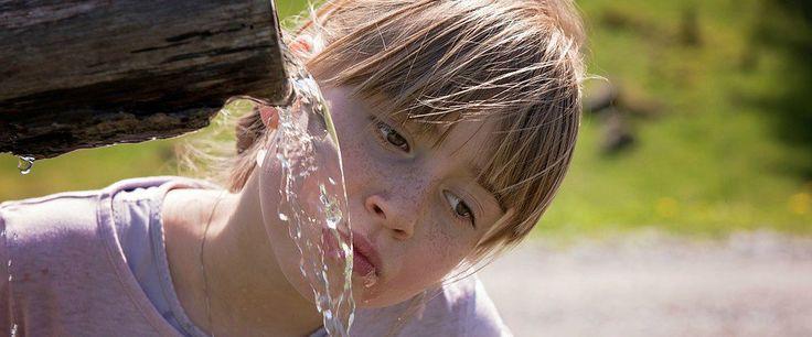 L'acqua è fondamentale in estate per evitare il rischio disidratazione: vediamo come L'acqua è un vero e proprio alimento fondamentale per la salute del nostro organismo. Soprattutto in acqua bere disidratazione