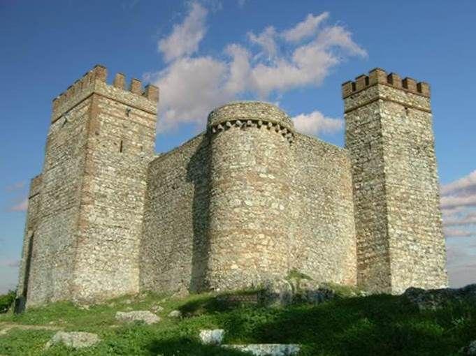 El castillo de Cortegana (siglo XII), está inmerso en la provincia de Huelva. Al tratarse de una fortaleza cerca de la frontera lusa, estuvo siempre muy bien defendido y pertrechado.Está muy bien conservado y se puede visitar.   Pequeño, íntimo y ...