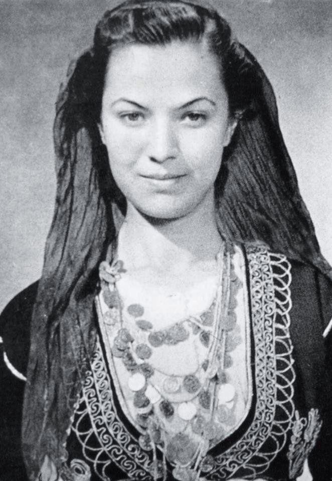 """Από το βιβλίο του Λυκείου των Ελληνιδών Χανίων: """"Ενας αιώνας μιας όμορφης πόλης"""" η φωτογραφία  γράφει: """"Η κρητικοπούλα του Λυκείου Ρουμπίνη Νικολακάκη, 'Μόνα Λιζα της Κρητης' την αποκάλεσαν οι ξένες εφημερίδες. 1936.                    Φωτογράφος:  Nelly""""s."""