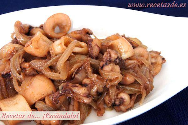 Calamares encebollados. Esta receta es ideal para cuando tienes poco tiempo y quieres servir un aperitivo especial y muy sabroso. Estos calamares encebollados tienen la gran ventaja de que puedes prepararlos con antelación, guardarlos en un recipiente cerrado en la nevera, y simplemente darle unas vueltas en la sartén justo antes de servirlos. Acompáñalos con arroz blanco cocido, por ejemplo arroz basmati, o con patata cocida, o incluso simplemente con un poco de ensalada.