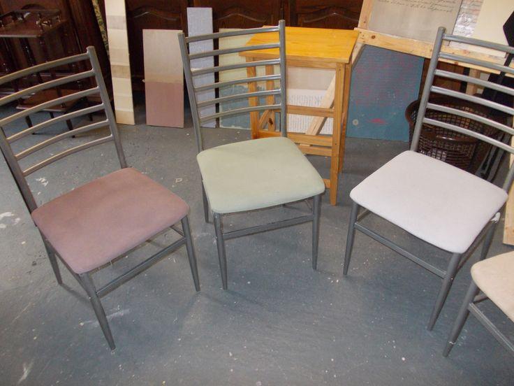 Quatre chaises embellies avec Autentico