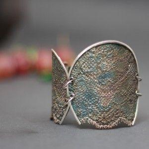 Piękna srebrna bransoleta z motywem koronki Doriana Grabowskiego. Wykonana z niezwykłą dbałością o szczegóły, będzie idealną ozdobą na dzień i wieczór. Bransoletka wykonana ze srebra próby 925 z domieszką miedzi. Idealny prezent na każdą okazję