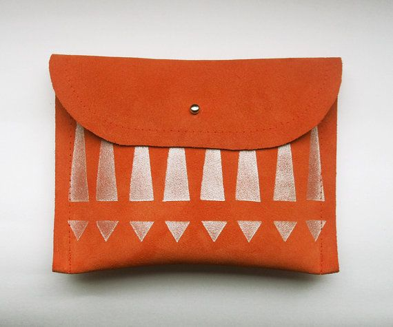 Sac à main / / orange suede avec impression tribale argentée