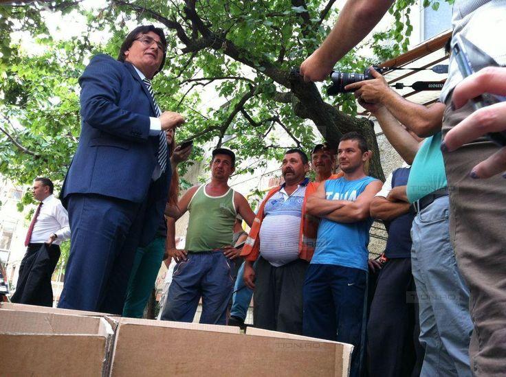 Inaugurare cu mici, bere si o caruta printre blocuri in cartierul primarului Robu - TION