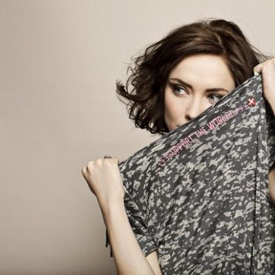 """Med Karen by Simonsen T-shirten """"The Love Tee"""" doneres 100 kr. for hver solgt T-shirt direkte til Røde Kors - det skal fejres!"""