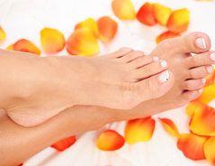 Gelbe Fußnägel wieder schön hell bekommen - so gehen Sie vor