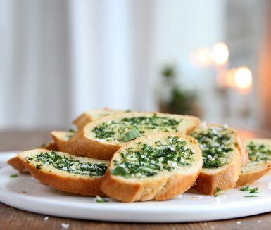 Ett riktigt gott vitlöksbröd kan vara bland det godaste som finns. Du brer baguetter med smör, vitlök, persilja och flingsalt och gratinerar brödet tills det blir gyllenbrunt och frasigt och sedan är det bara att avnjuta.