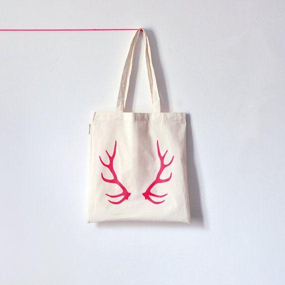 Un tote bag imprimé pour un cadeau invité un peu spécial (famille ou témoins, par exemple...) faite par une artisan sur Etsy.