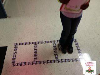 Plak 3 velden op de grond met tape, zodat de kinderen het hakken van woorden kunnen oefenen