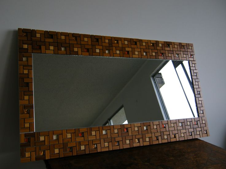 con ayuda de una maya de maderas pude construir este espejo y le adicioné mosaicos de vidrio de colores.
