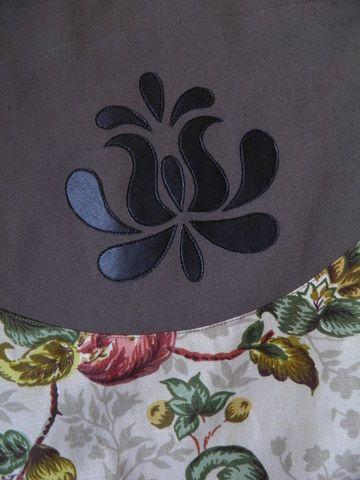Mintás táska, válltáska, szatyor kalocsai tulipán motívummal, Táska, Magyar motívumokkal, Szatyor, Válltáska, oldaltáska, Patchwork, foltvarrás, Varrás, Mintás és drapp színű erős vászonból készült válltáska, textilbőr magyar motívummal díszítve. A hát..., Meska