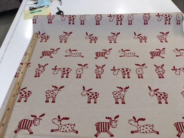 Tessuto natalizio per tovagliato color ecru con stampate Renne color bordeaux (le renne sono alte cm 12 circa)  Il tessuto è alto cm 140, composizione:80% cotone 20% poliestere  ideale per realizzare tovaglie, copritutto, cuscini e accessori cucina  lavabile in lavatrice a 30°  il prezzo di Euro 8.50 si riferisce al metro lineare. http://www.radicifabbrica.it/prodotto/tessuto-natale-disegno-renne-grandi/