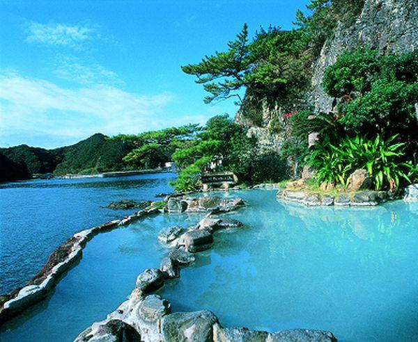 和歌山県勝浦温泉の ホテル中の島 はまるで海に浸かっているような感覚を味わえる露天風呂が魅力 エメラルドグリーンの海を眺めながら ゆったりとした時間を過ごせますよ このホテルの近海は海の幸の宝の宝庫で 新鮮な魚介類が味わえる食事も人気 温泉