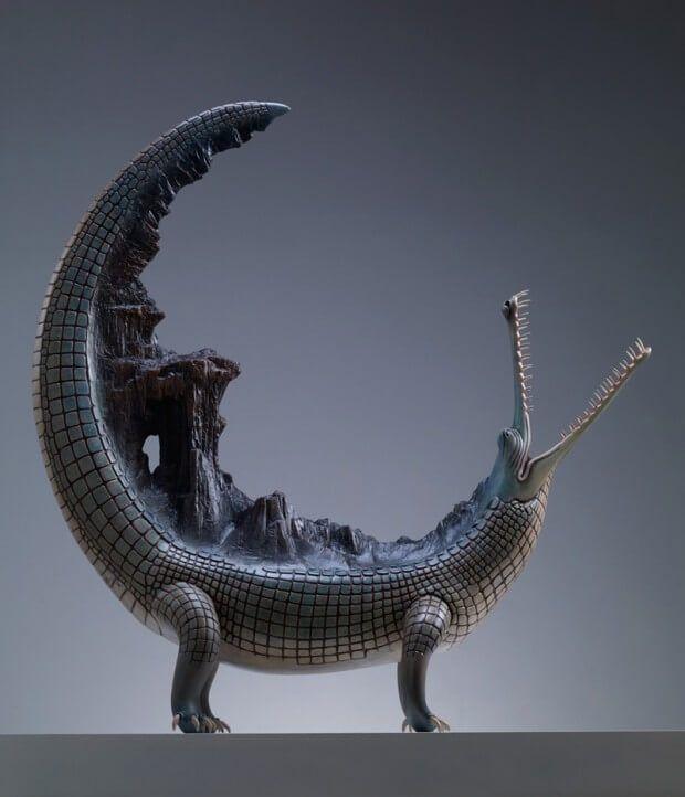 De Chinese kunstenaar Wang Ruilin maakt koperen sculpturen van dieren die vaak opvallende dingen met zich meedragen. Bij de dieren zie je bergen en rotsen op hun rug.