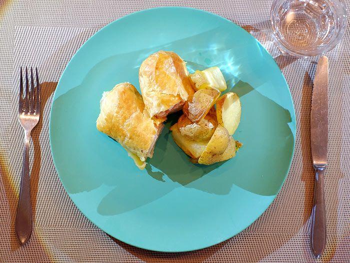 Witlof met ham en kaas in bladerdeeg en aardappeltjes uit de oven