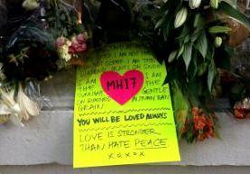 24-Jul-2014 23:02 - NEDERLANDERS HERDENKEN IN LONDEN. De ramp met vlucht MH17 heeft de Nederlandse gemeenschap in Londen vanavond bijeengebracht. Op de ambassade een herdenkingsdienst gehouden voor de slachtoffers van de vliegramp. Er waren ongeveer 150 mensen aanwezig. De bijeenkomst was een initiatief van een Nederlandse inwoner van Londen, Jasper Grootaers. Buiten voor de deur werd om 20.00 uur Nederlandse tijd een minuut stilte in acht genomen. Predikant Joost Roselaers las het...