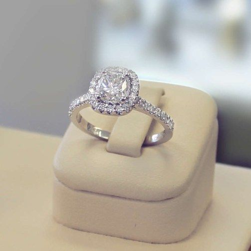 Bague en or 18 carat style entourage avec diamant central de taille coussin - collection prestige diamond ring  Engagements rings with cushion diamond.