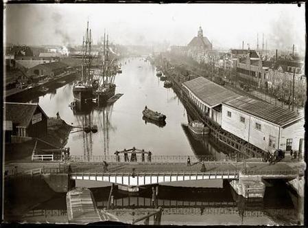 Nieuwe Vaart , 1 november 1896, foto van Jacob Olie, genomen vanaf molen De Gooyer aan de Funenkade, rechtachter de Oosterkerk