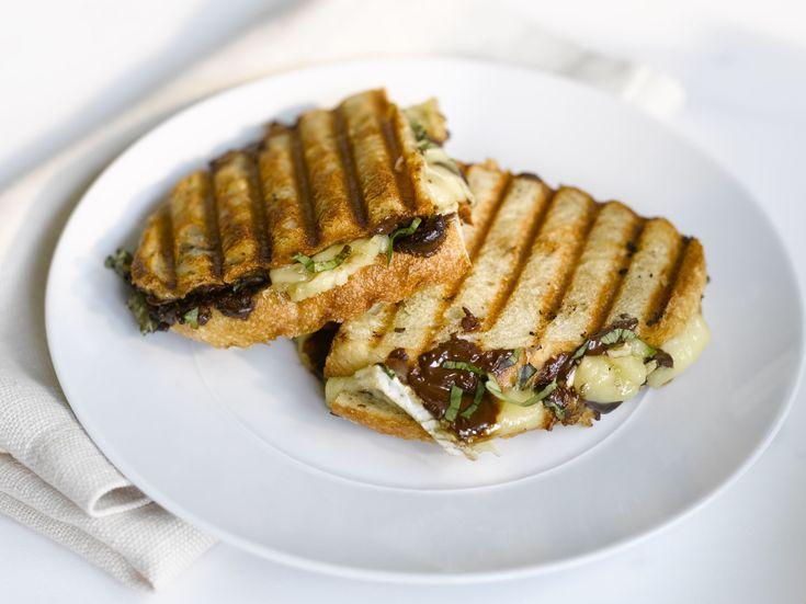 panini recheado com chocolate, queijo brie e manjericão