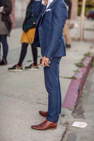 Tenue: Blazer bleu marine, Chemise de ville blanc, Pantalon de costume bleu marine, Chaussures richelieu en cuir brun