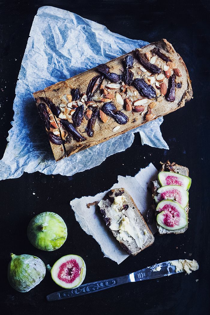 Spicy bread with almonds & dates