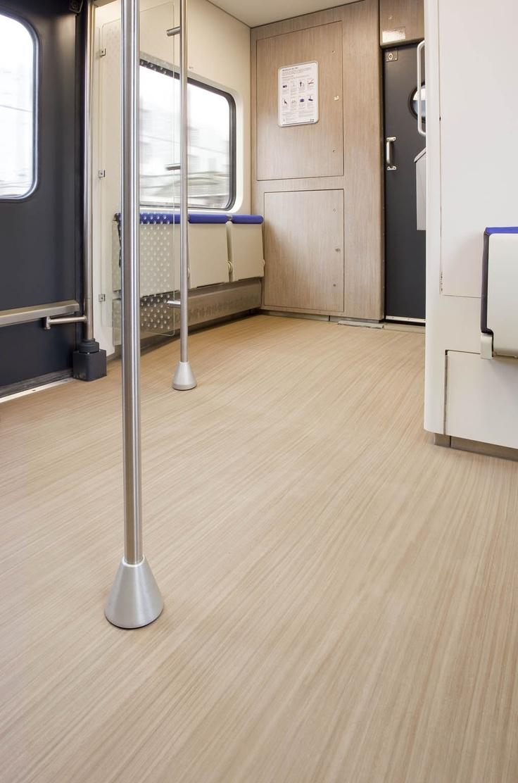 Duurzaam Artoleum Striato van Forbo Flooring in hal van de trein.  Forbo biedt een compleet assortiment vloerbedekkingen voor projecten en woningen. Hoogwaardige Marmoleum, vinyl en textiele vloerbedekkingen aangevuld met Coral schoonloopsystemen combineren functionaliteit, kleur en design; elke omgeving een totaalpakket aan vloeroplossingen. Nu verkrijgbaar bij Het Binnenhuis.