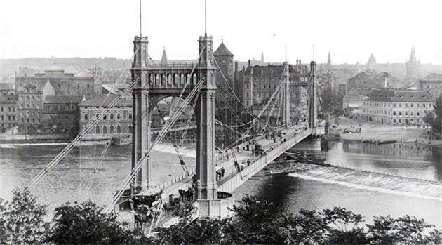 Jak se změnila Praha od konce 19. století? Unikátní video porovnává staré fotografie metropole se současnými záběry pořízenými prakticky ze stejného místa o století později. Podívejte se.