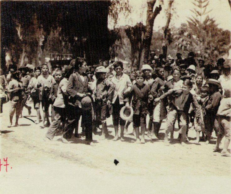 Niños copiapinos jugando en la Plaza de Armas año 1920.