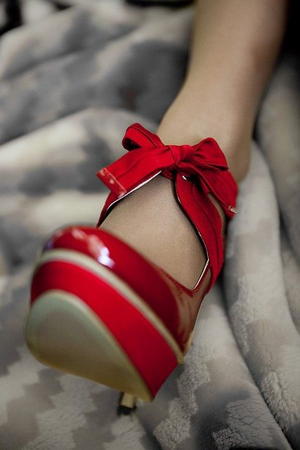 :): Fashion Shoes, Red Fashion, Style, Fashion Models, Red Shoes, Red Heels, Pump, Red Bows, Red Hot