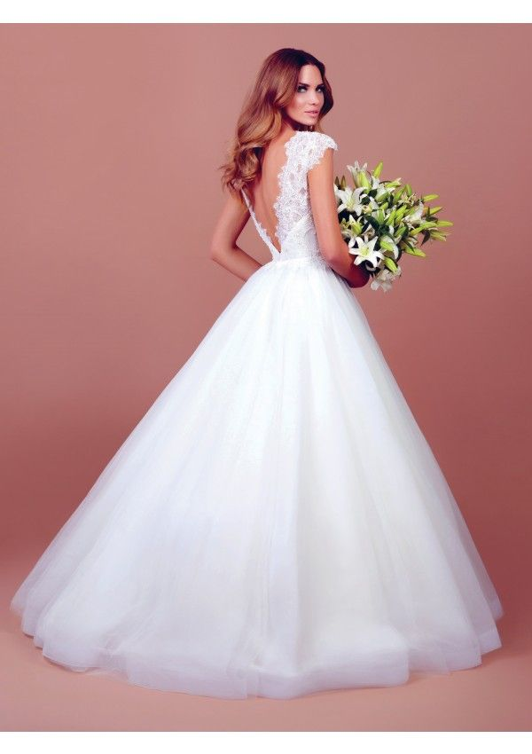 Stephanie is the ideal weding dress for a romantic look.