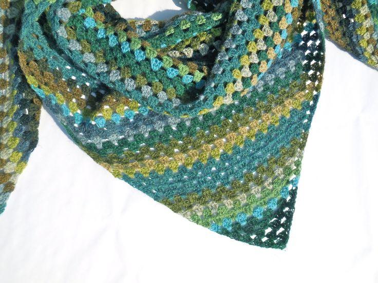 Een gehaakte groene sjaal naar een idee van haakt.nl, gehaakt met Supersoft van Holst Garn.