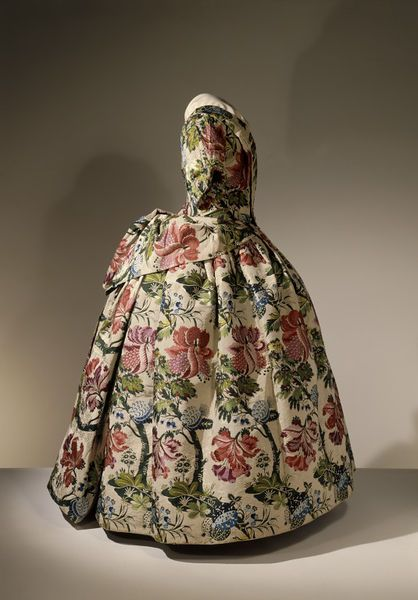 1735-1740, England - Mantua - Brocaded silk, hand-sewn with spun silk and spun threads, lined with linen, brown paper lining for cuffs, brass, canvas and pleated silk
