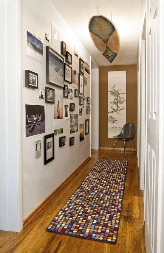 . Muitos quadros na parede e uma prancha de surf como luminaria