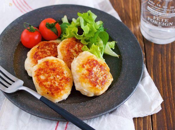 丸めて焼くだけお手軽つくね。     ボウルでタネを混ぜ合わせたら、あとはフライパンで焼くだけ。     加える調味料はオール1と覚えやすく、またマヨネーズが入ることで、柔らかく仕上がるほか、旨味とコクも加わります。     鶏ひき肉って、焼くとどうしても固くなりがちなのですが、これがマヨネーズ効果でしっとり柔らか食感に!冷めても美味しいので、お弁当にもオススメです♡
