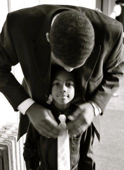 Se faire tout beau avec l'aide de papa ! N'hésitez pas à venir découvrir d'autres beaux moments de complicité en famille sur nosdelicieuxmoments.fr !