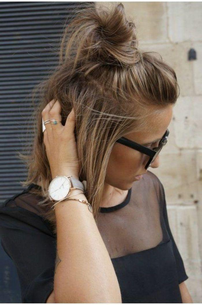 peinado para pelo corto mechones rubios recogido gafas negras mujer vestida negro